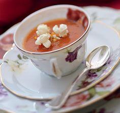 Feitas na hora, as pipocas ocupam o lugar dos croutons no creme de tomate da entrada, levado à mesa em xícaras de chá