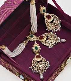 Gold Jewelry For Bridesmaids Refferal: 4425965181 Bridal Jewellery Inspiration, Gold Jewellery Design, Hyderabadi Jewelry, Bridal Jewelry Vintage, Wedding Jewelry, Rajputi Jewellery, Mom Jewelry, Jewelry Sets, Jewelery
