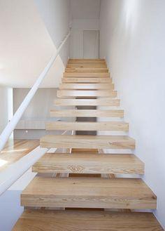 Casa em Portugal. Arquitetos: A + R Arquitectos. Escada flutuante do tipo de madeira e os trilhos em zig-zag.  Fotografia: Nelson Garrido.