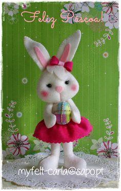 Uma feliz Páscoa a todos! Cute Crafts, Decor Crafts, Felt Crafts Patterns, Felt Bunny, Easter Bunny, Sewing Stuffed Animals, Felt Christmas Ornaments, Animal Crafts, Felt Toys