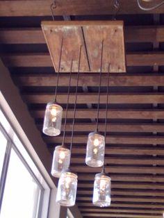 Schysst taklampa av gamla syltburkar