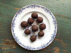 Världens godaste kolabollar av dadlar och koksolja, rullade i mörk choklad och havssalt. Det blir nog inte godare än så här!