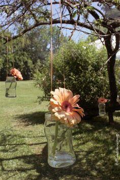 Árbol con frascos de Flores durante el día / faroles con velas de noche