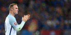 Kapten The Three Lions, Wayne Rooney, terlihat mehajar muka Gylfi Sigurdsson ketika tim nasional Inggris menghadapi Islandia di Euro 2016 pada hari Selasa (28/06/2016) lalu.