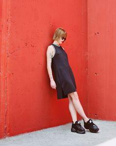 Dr. Martens, Color Negra, Platform Sneakers, London, Outfits, Dresses, Fashion, Slippers, Fur