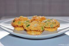 Eine originelle Beilage für Vegetarier, oder als Frühstück, die Rührei Muffins sind so vielfältig wie einfach herzustellen. In nur wenigen Minuten auch für nicht-Koch-Profis zu backen. Zutaten für Rührei Muffins, zum Frühstück oder als Beilage 2 Eier 50 g Streukäse 50 ml Sahne 1/2 Lauchzwiebel (Frühlings- oder Frühzwiebel, Jungzwiebel, Frühlingslauch, Zwiebelröhrl, Zwiebelröhrchen, Röhrenlauch, Schluppenzwiebel, …)Read More