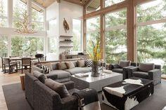 aménagement intérieur d'un salon avec un canapé droit remoubrré et table