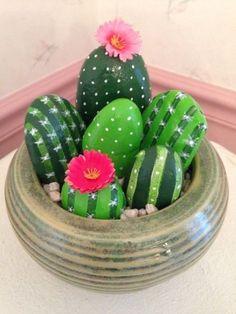 grün bemalte Steine in dekorativen Kaktus verwandeln