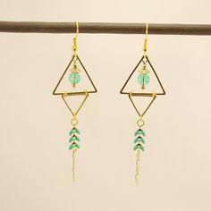 Boucles d'oreilles triangles et chaine en métal doré, perle de verre verte transparente et chaine épi émaillée verte : Boucles d'oreille par geb-et-nout