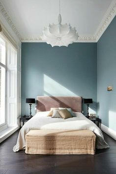 paredes pintadas, dormitorio con cama doble, pared en color cobalto, lámpara colgante