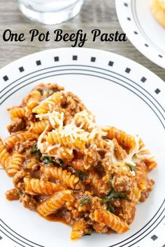 One Pot Beefy Pasta features ground beef, jar sauce and fresh spinach. It is as fast and easy as the popular boxed dinners and better for you! Best Dinner Recipes, Breakfast Recipes, Delicious Recipes, Amazing Recipes, Tasty, Pasta Recipes, Beef Recipes, Noodle Recipes, Spaghetti Recipes
