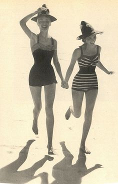 2 women running in hats & vintage Bathing suits Summer Bathing Suits, Vintage Bathing Suits, Vintage Swimsuits, 1950s Bathing Suit, Moda Vintage, Retro Vintage, Vestidos Pin Up, Pin Up Swimsuit, 1920s Swimsuit