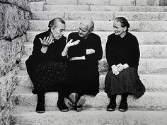 Le mani parlano // Las manos hablan // Hands speak (by Nino Migliori, Happy Together, Fotografia Social, Italian People, Vintage Italy, Vintage Pictures, Vintage Photographs, Old Women, Belle Photo, Black And White Photography