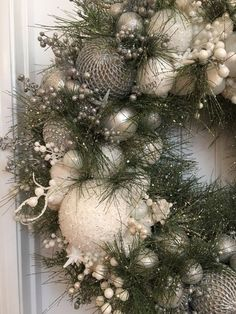 100 Best DIY Christmas Wreath Ideas That Effortlessly Blends Style and Traditions – Hike n Dip - Wreath Ideen Mesh Christmas Tree, Christmas Leaves, Crochet Christmas Wreath, Christmas Ornament Wreath, Wooden Christmas Ornaments, Xmas Wreaths, Burlap Christmas, Christmas Crafts, Christmas Style