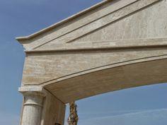 Detalle pórtico realizado en mármol travertino romano