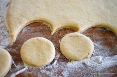 Gogosi berlineze pufoase - reteta germana de Berliner Krapfen | Savori Urbane Romanian Desserts, Pie, Food, Sweet Treats, German Recipes, Torte, Cake, Meal, Fruit Pie