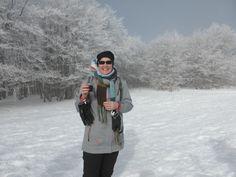 """Vacances en famille dans les Vosges en hiver. Sortie raquettes en groupe sur les sommets avec un guide accompagnateur """"Montagne Haute Vosges"""". Pause pique nique avant de redescendre dans la vallée. #vacances #raquettes #ski #neige #Lorraine #vosges #famille #hiver #sommet #Hohneck"""