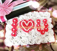 Bingung mau mengungkapkan rasa cinta kamu ke pasangan kamu... Hemm..gk usah bingung bingung.. Melalui everlasting flowers box kamu bisa ungkapin perasan kamu dengan romantis.. #wisuda #everlastingflowers #wisudaui #wisudaub #wisudaumm #wisudaum #gift #lucu #kadounik #kadolucu #bunga #bungakain #bungavalentine #wisudaunpad #valentineday #valentine by blomst.bouquet