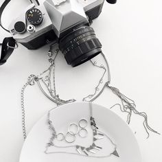 """573 curtidas, 4 comentários - ALINE ZOTTI (@alinezotti_) no Instagram: """"silver ⛓"""" Cool Instagram Pictures, Dog Tags, Dog Tag Necklace, Editorial, Photograph, Jewelry, Pictures, Photography, Jewlery"""