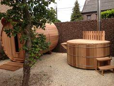 Saunabarrel gecombineerd met een hottub. Beiden in Western Red Cedar en hout gestookt. Realisatie van 'Saunabarrel by Modis'