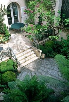 An aerial view to the terrace of this small Paris garden. Fabulous radiating effect leading the eye on