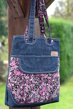 kabelka - mixed denim and flowered fabric purse picture onlyits made from old jeans!Let's Continue to Submit Crafts from Jeans (denim)- Viva 50 por Maria Celia e Virginia May 2018 Modelos de bolsos 111 Views 15 May 2018 Models of bags 11 Sacs Tote Bags, Tote Purse, Hobo Bag, Fabric Purses, Fabric Bags, Patchwork Bags, Quilted Bag, Jean Purses, Purses And Bags