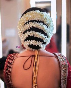 wedding hairstyles indian A picturesque tight and bold bun wrapped around with mini white flowers makes it look like a perfect bridal hairstyle. Bridal Hairstyle Indian Wedding, Bridal Hair Buns, Bridal Braids, Bridal Hairdo, Indian Bridal Hairstyles, Bride Hairstyles, Saree Hairstyles, Beautiful Buns, Beautiful Bride