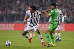 Juan Cuadrado (L) of Juventus is challenged by Mahmoud Dahoud of VfL Borussia Moenchengladbach during the UEFA Champions League group stage match between Juventus and VfL Borussia Moenchengladbach at Juventus Arena on October 21, 2015 in Turin, Italy. (Oct. 20, 2015 - Source: Valerio Pennicino/Getty Images Europe)