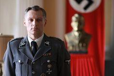 """Robert Kozyra jako gubernator Fisher w """"Czasie honoru"""" (fot. Ola Grochowska)"""
