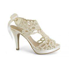 Zapatos de novia modelo 12590-013H. Marca: Ángel Alarcón. Zapato de novia original, de fantasía. Sandalia destalonada que se ata con un lazo de raso. Zapato de tacón alto y plataforma delantera de raso blanco hueso. $49,95€