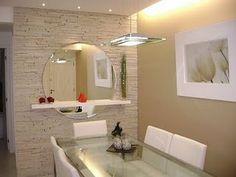 gostei da moldura branca do quadro, da textura da parede, e do conjunto prateleira/espelho.