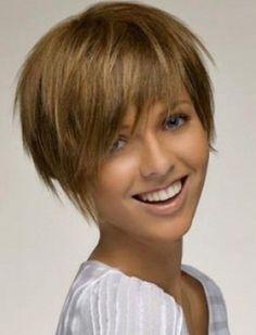 Pour un look cool, qui va à ravir à cette jeune femme, son coiffeur a choisi de mettre l'emphase sur le dessus de la tête et sur la frange, en gardant de belles longueurs aux cheveux, qu'il a lissés tout en leur donnant du volume. Par ailleurs, il a complètement dégagé la nuque, la gardant très courte.
