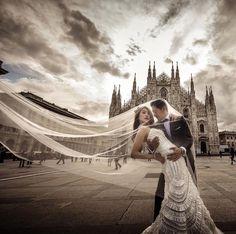 Milan Photo shooting pre-wedding! Photo @cristiano.ostinelli #milan #weddingday #italyweddings #italyweddingplanner #luxuryweddings #italianweddingplanner #lakecomowedding