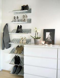 En skohylle fra Ikea er plassert i høyden på soverommet. Her har penskoene fått sin plass.