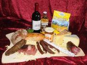 Ein Präsentkorb, der keine Wünsche übrig lässt, Kaminwurzn, Käse, Wein, Brot, Konfitüre aus der Tiroler Alpenregion  Yumyum