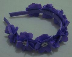 Tiara com lindas flores e detalhes em pérola e strass para deixar sua princesa ainda mais encantada.