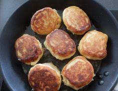 Für eingebackene Knacker die Kartoffeln weich kochen. Anschließend schälen und durch die Kartoffelpresse auf ein Nudelbrett drücken. Etwas