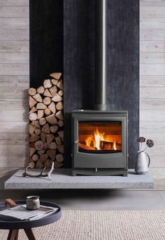A guide to choosing and installing a wood-burning stove – Freestanding fireplace wood burning Wood Stove Wall, Wood Stove Surround, Wood Stove Hearth, Wood Burner Fireplace, Wood Stove Decor, Gas Stove Fireplace, Tall Fireplace, Contemporary Wood Burning Stoves, Modern Wood Burners