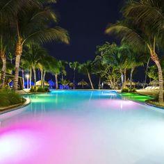 #aruba_br A vontade maior é de se jogar nesta #piscina do @holidayinnaruba @holidayinn mas infelizmente chegamos tarde e já está fechada mas amanhã vamos nos organizar para um banho relaxante neste pedaço de paraíso . . . . . . .  #HolidayInnAruba #holidayinn #JoyofTravel #holidayinnresort #Aruba #OneHappyIsland #arubablue #arubabeach #arubalife #arubabonbini #arubaisland #arubatourism #arubaonehappyisland #FelizEmAruba #DescubreAruba #ilovearuba #aftcomunicacao #ComerDormirViajar…