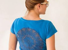 Blue t-shirt with upcycled vintage crochet doily back - Size M