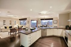 Luxury-kitchen-design-for-big-space-with-comfortably-configurated-wooden-kitchen-furniture