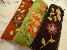 reader eyeglass cases by manitobagifts on Etsy Wool Applique Quilts, Wool Applique Patterns, Wool Embroidery, Felt Applique, Felt Patterns, Felted Wool Crafts, Felt Crafts, Felt Ornaments, Hand Crochet