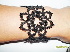 Bracelet en dentelle frivolite style gothique romantique , bracelet dentelle noire, bracelet dentelle frivolite : Bracelet par carmentatting
