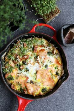 Broccoli frittata met gerookte zalm - Beaufood Broccoli frittata with smoked salmon, Healthy lunch r Healthy Egg Recipes, Healthy Food Blogs, Frittata, Omelet, Clean Eating Snacks, Healthy Eating, Nutritious Snacks, Good Food, Foodies