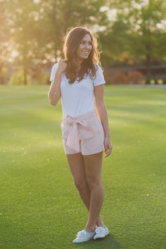 These seersucker bow shorts are perfect in every way! From the length to the front-tie bow, we can't get enough of these babies! Perfect for a day of golf or any spring event, we plan on wearing these Casual Summer Outfits, Classy Outfits, Cute Outfits, Cute Fashion, Star Fashion, Golf Fashion, White Keds, Bow Shorts, Lauren James