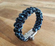 Retrouvez cet article dans ma boutique Etsy https://www.etsy.com/fr/listing/280805002/blue-and-black-paracord-bracelet-with-a