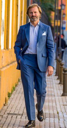 Americana lino 100% Lino. Americana desectructurada sin hombreras, medio forro en la espalda, dos botones, dos aberturas en espalda, bolsillos de cartera. Color azul añil. Pantalon lino azul Tejido 100% lino. Color Azul. Pantalón sin pinza bolsillos en la costura, dos bolsillos traseros. Bajo de 20.5 cm