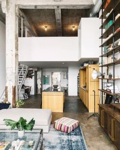 If you crave tall ceilings, raw, beautifully textured surfaces, and a certain industrial je ne sais quoi, then this roundup of New York loft apartments is for you. New York Loft, Apartamento Loft Industrial, Industrial Loft Apartment, Warehouse Apartment, Loft Design, House Design, Loft Apartment Decorating, Loft Stil, Design Industrial