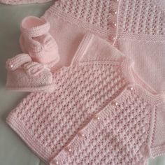 Knitted baby gift idea is always an attractive choice.Our loved ones who have a baby will like us as well as we have had a beautiful opportunity.This Pin was discovered by LalDiscover thousands of iNo photo description available. Baby Knitting Patterns, Knitting For Kids, Easy Knitting, Knitting Socks, Baby Cardigan, Baby Vest, Crochet Baby Jacket, Baby Afghan Crochet, Handmade Baby Clothes
