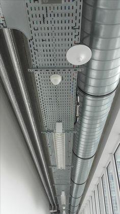 Verschillende buizen en metalen platen die voor lijnen zorgen.